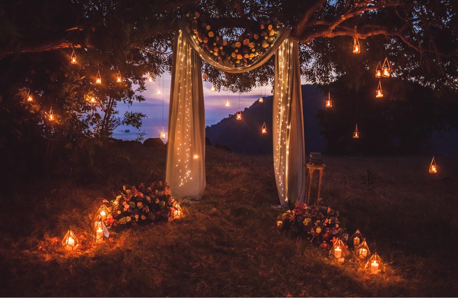 Decoración de un altar en una boda indie