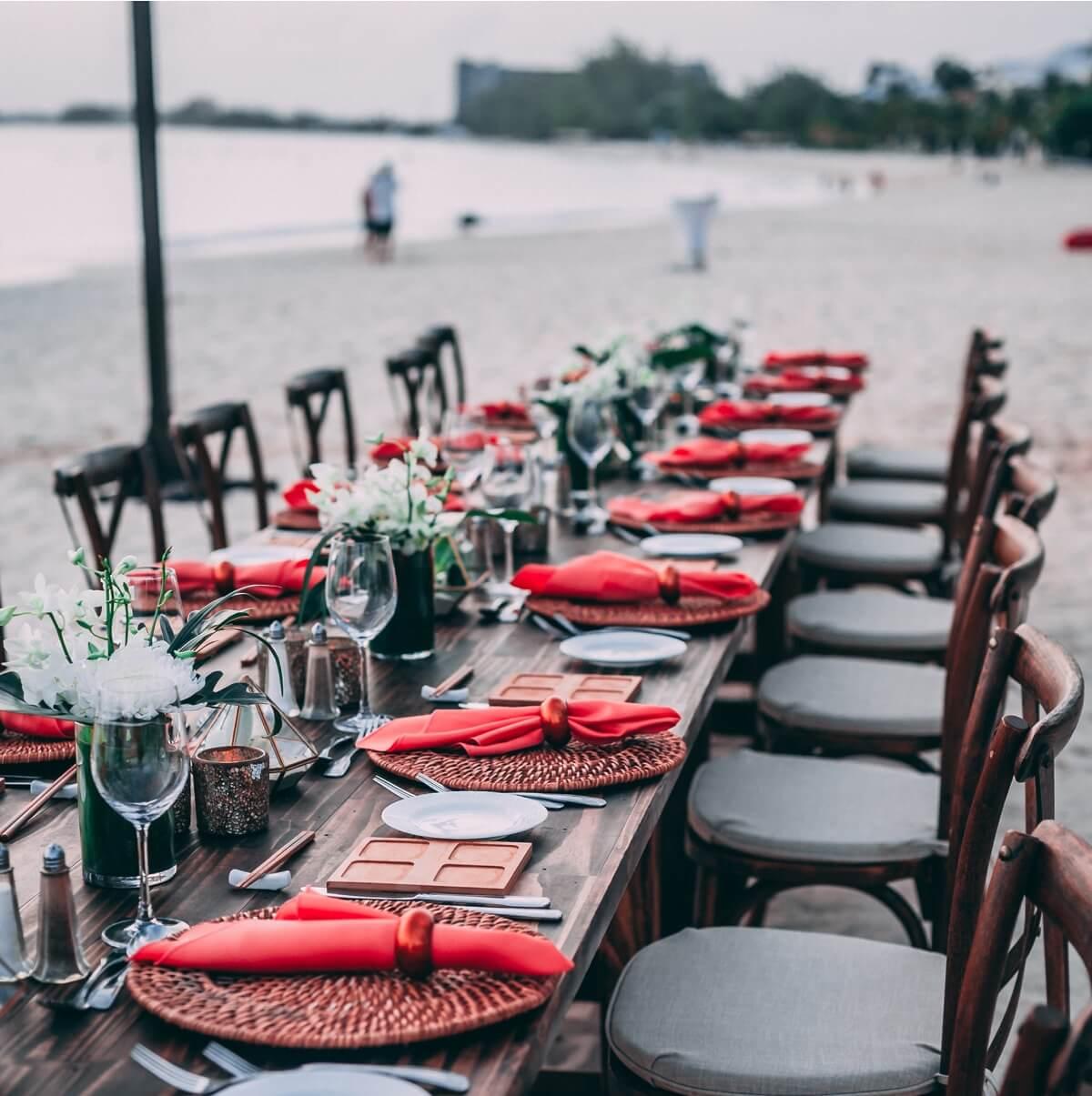 Cómo organizar una boda en la playa: flores y convite