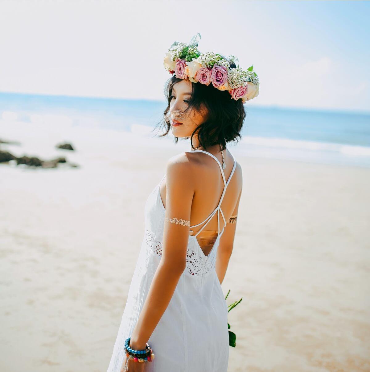 Cómo organizar una boda en la playa: los trajes de los novios
