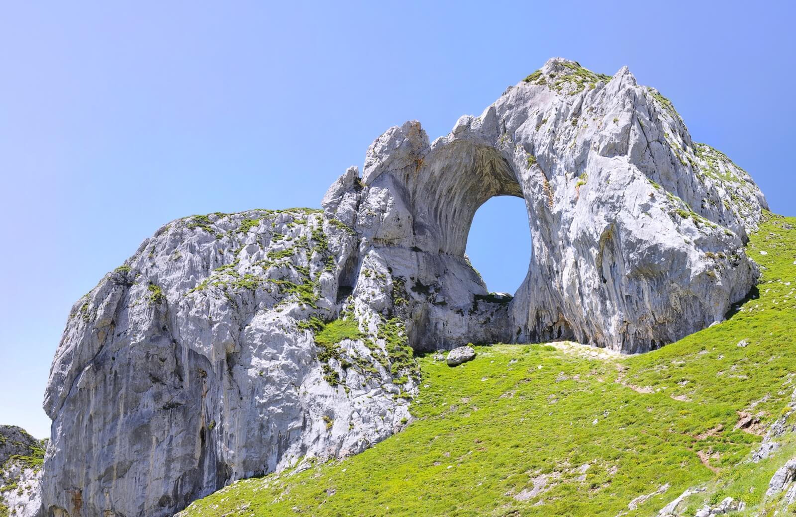 Ojo de Buey en Peña Mea, una ventana entre montañas