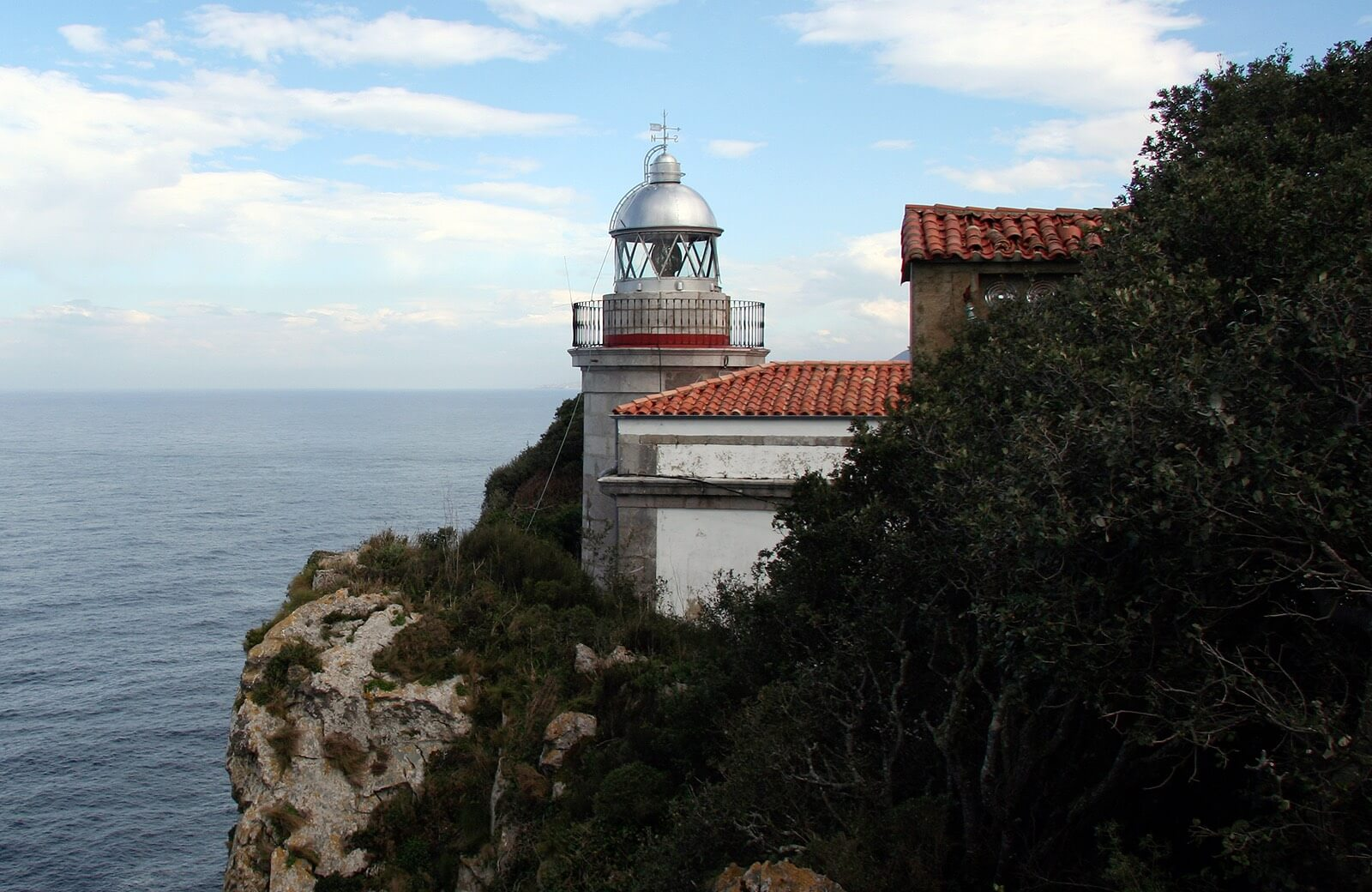 De Llanes hasta el Faro de San Emeterio