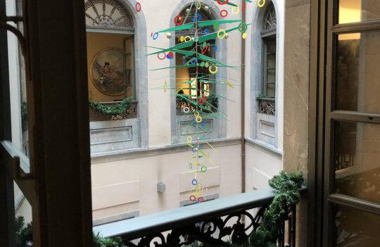 El Hotel Palacio de Avilés celebra la Navidad con un artístico árbol al estilo de Calder
