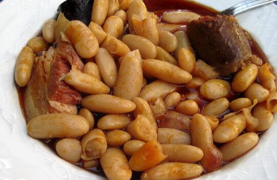 ¿Qué es la Fabada Pantagruélica? Disfruta en la calle de buena fabada con compango