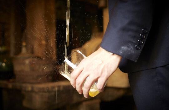 Trucos para saber cómo escanciar la sidra como en Asturias