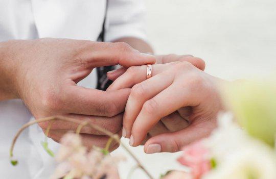 Dónde llevar los anillos de boda: 6 ideas originales para olvidar el típico cojín